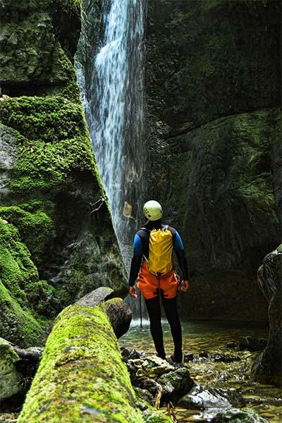 équipier contemplatif en canyon